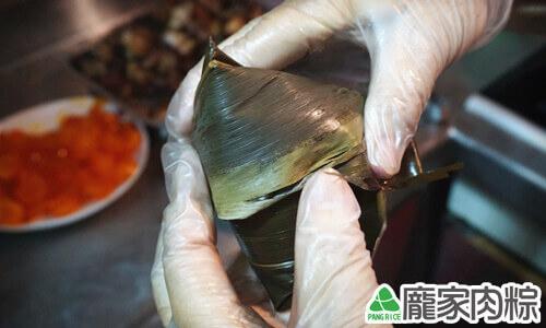 龐家肉粽用心製作每一顆粽子