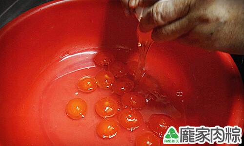 傳統紅土鹹蛋的清洗教學