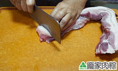 肉粽大塊豬肉切法 留約一根手指粗的寬度