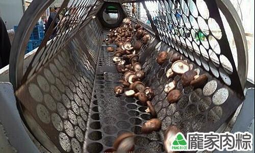 篩子由小至大慢慢篩選香菇