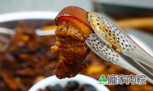 93-02龐家肉粽包粽子的美味三層肉出爐