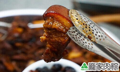 龐家肉粽包粽子的美味三層肉出爐