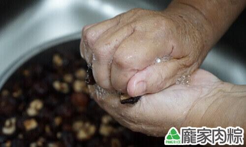 香菇清洗教學-將水擠出