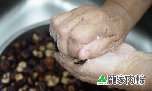 94-06將香菇的水份捏乾